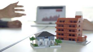 Immobilienminiatur Einfamilienhaus und Mehrfamilienhaus